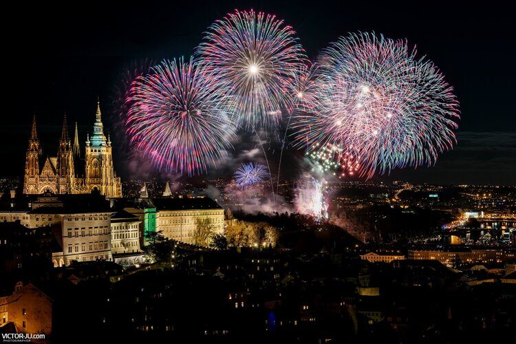 new-year-fireworks-in-prague-02.jpg